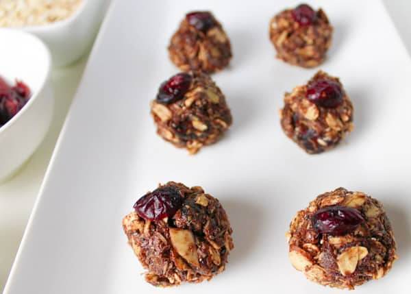 These Almond Cranberry Energy Bites are packed with goodness and will give you that boost of energy! Great for on the go snacks or after a workout. by Tastefulventure.com