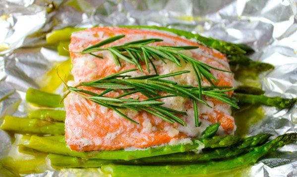 This Baked Salmon and Asparagus in Foil is so easy to make and is a super healthy dinner that can be found on my 3 Day Detox Guide! | Tastefulventure.com