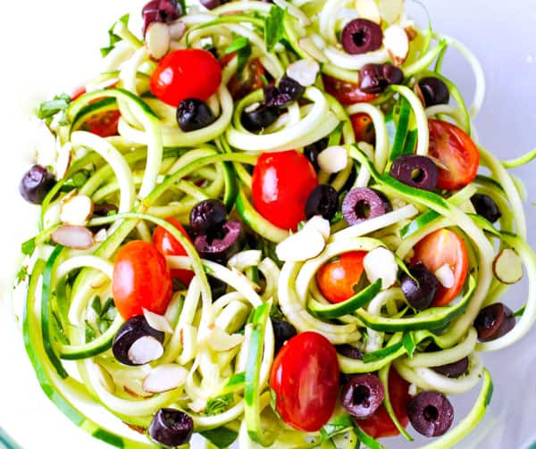 This Zucchini Noodle Salad is super easy to make and can be found on my 3 Day Detox Guide! | Tastefulventure.com