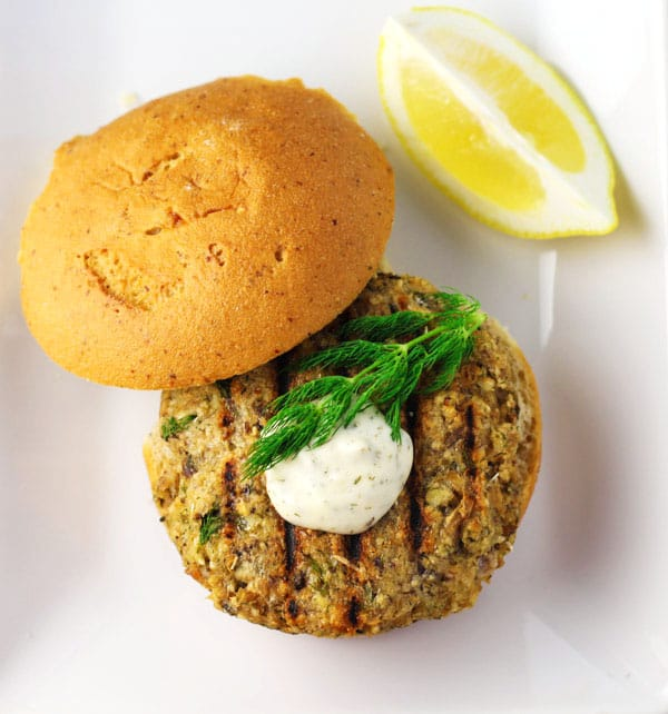 These Lemon Dill Salmon Burgers can be made in less than 10 minutes and taste so delicious! | Tastefulventure.com
