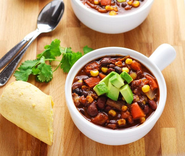 This Slow Cooker Skinny Vegetarian Chili has under 200 calories per serving and is so hearty and delicious! | Tastefulventure.com