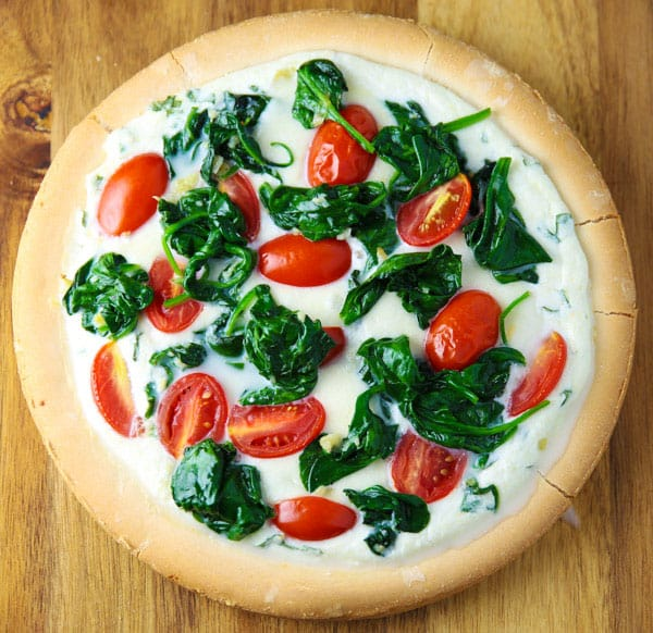 This Spinach Tomato and Ricotta White Pizza is loaded with flavor, this will seriously be your new favorite pizza! #glutenfree