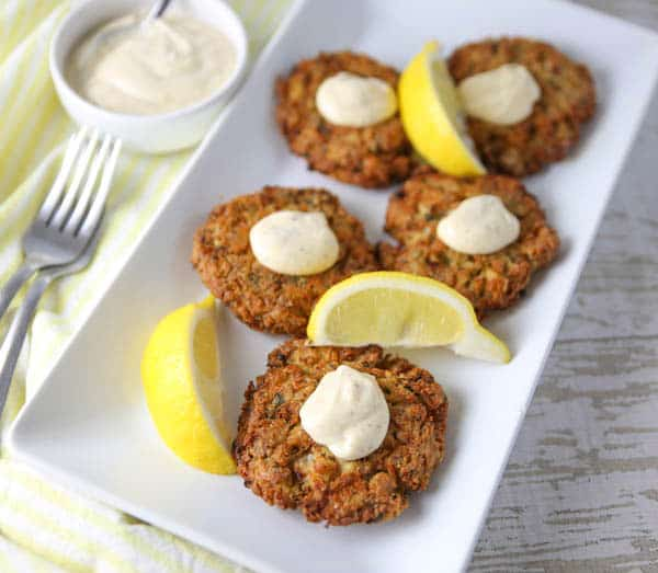 crab cakes with lemon